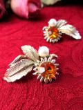 1960年代:フェイクパールとオレンジ色のラインストーンがきれいなお花のイヤリング