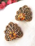 <英国コスチュームジュエリー>1950年代:優しいオレンジ色のクリスタル♪透かし細工がきれいなイヤリング