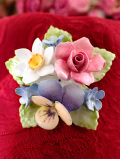 <COALPORT>愛らしいバラとお花たちのブーケ♪とてもリアルな陶器細工のブローチ「お箱付」