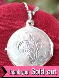 <英国スターリングシルバー>愛らしいお花の銀細工♪まあるい円形のロケットネックレス