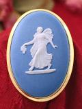<ウェッジウッド:ゴールドプレート>優雅なブルージャスパー♪お花を持って踊るフェアリーさんの大きなブローチ「専用お箱付」