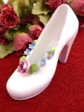 <英国ビンテージ>バラのお花たちの陶器細工♪白地がきれいなミニチュアハイヒールの陶器の置物