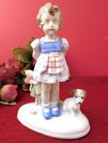 <ドイツ製>足元にワンちゃん♪お人形を持った女の子のフィギュア