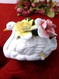 <英国ビンテージ>華やかな英国のバラのお花たちが美しい大きな陶器細工の白鳥さんの置物