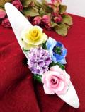 1940年代:白いお船に生けられた華やかなお花たちの陶器細工の置物