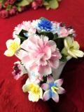 <ROYAL DOULTON>1950年代:優雅なフラワーベースに生けられた華やかなお花たちの陶器細工の置物