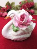 <英国ビンテージ>池に浮かぶ優しい白鳥さん♪華やかなお花たちも美しい陶器細工