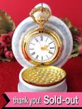 【30日間保証付】英国一のリゾート地ブラックプール♪立体的な細工が優雅な金色のふた付き懐中時計「スタンド付」