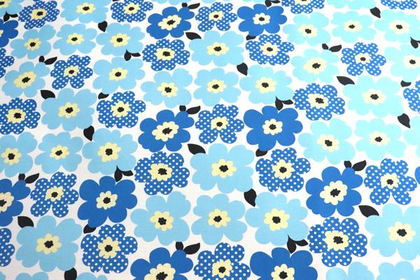 撥水加工のナイロンオックス 北欧調の花 白地に青・黄色系