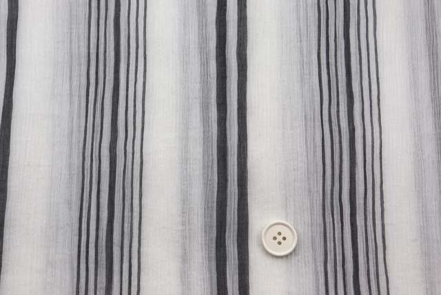 コットン楊柳ランダムストライプ服地 白地×グレイ 《お値打ち品》  (4145-66)