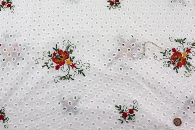 コットンレースの刺しゅう生地 (ニット生地ではありません) 白地 花の刺しゅう柄 【50cm単位】 (la707)