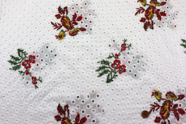 コットンレースの刺しゅう生地 (ニット生地ではありません) 白地 花の刺しゅう柄 【50cm単位】 (la711)