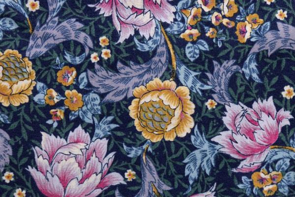有輪商店の シャーティングフラワープリント 紺地に黄色・ピンク系の花