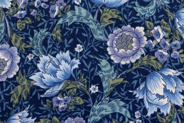 有輪商店の シャーティングフラワープリント 紺地に紫・青系の花