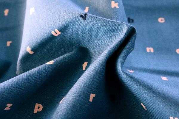 バッグなどの手芸に最適な 11号帆布 アルファベット ブルー