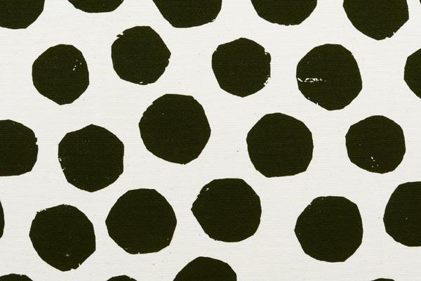 バッグなどの手芸に最適な 9.5号帆布 変わり水玉 オフホワイト地×黒玉