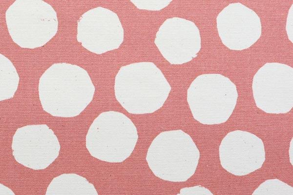 バッグなどの手芸に最適な 9.5号帆布 変わり水玉 くすんだピンク地×オフ玉