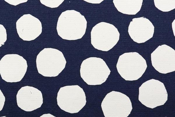 バッグなどの手芸に最適な 9.5号帆布 変わり水玉 紺地×オフ玉