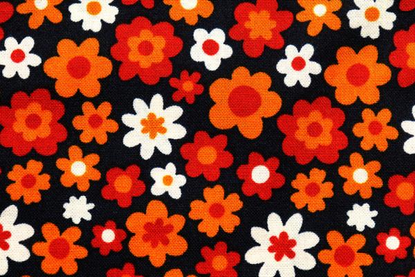 シーチング レトロ調フラワープリント 黒地にあか・オレンジ・オフの花