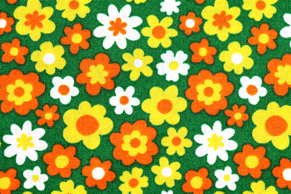 シーチング レトロ調フラワープリント 緑地にきいろ・オレンジ・オフの花