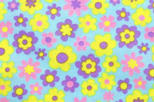 シーチング レトロ調フラワープリント 水色地にピンク・むらさき・きいろの花