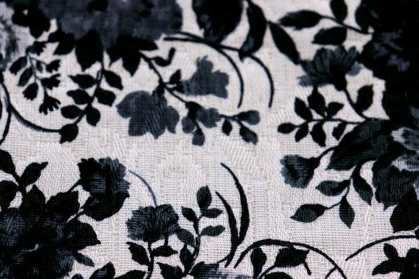 有輪商店の フクレジャガード フラワープリント ベージュ地に墨黒の花