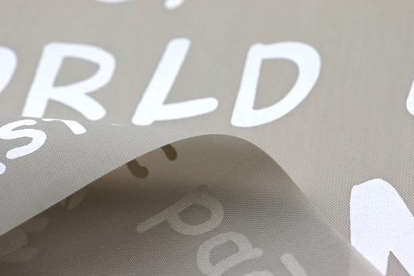 エコバッグや雨具に最適な 撥水加工のナイロンオックス 英字プリント グレー