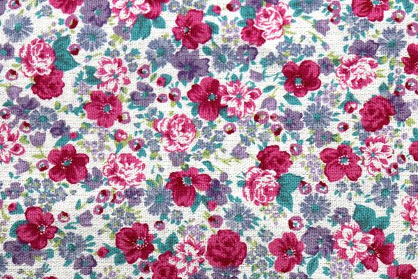 YUWAの綿麻キャンバス 小花プリント 生成地に暗い花