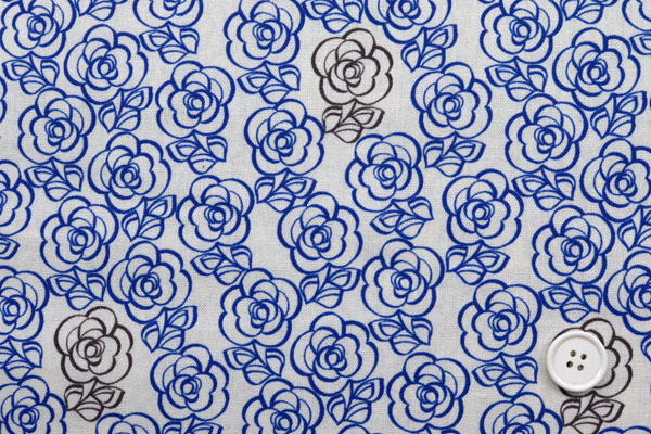 有輪商店の 綿麻キャンバス フラワープリント 紺地×オフの花