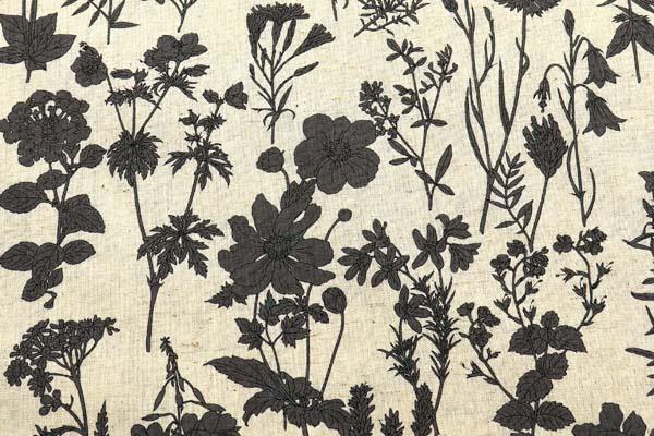 ルシアンの綿麻シャーティング メモアール・ア・パリ 生成地にチャコール系の花