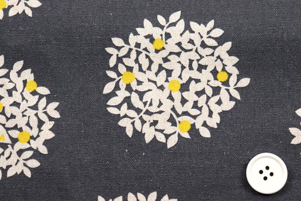 綿麻キャンバスプリント 木の実の柄 チャコールグレー