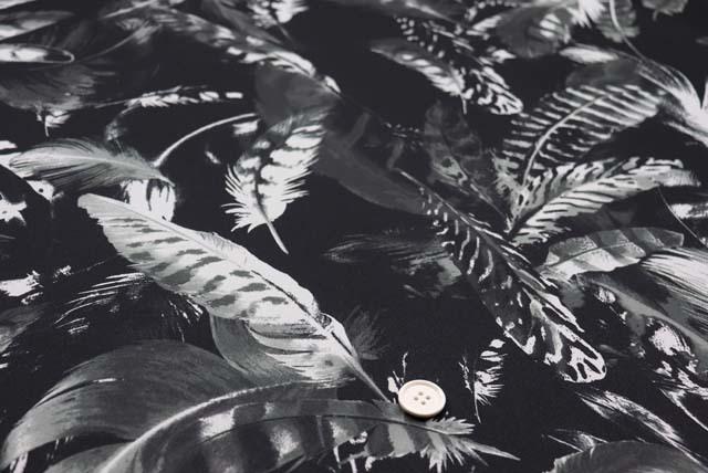 サテンプリント服地 羽柄 白×黒 《値打ち品》 (4144-70)