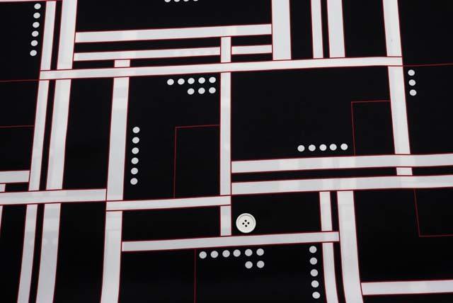 サテンプリント服地 幾何柄 白×黒 赤ライン 《値打ち品》 (4144-73)