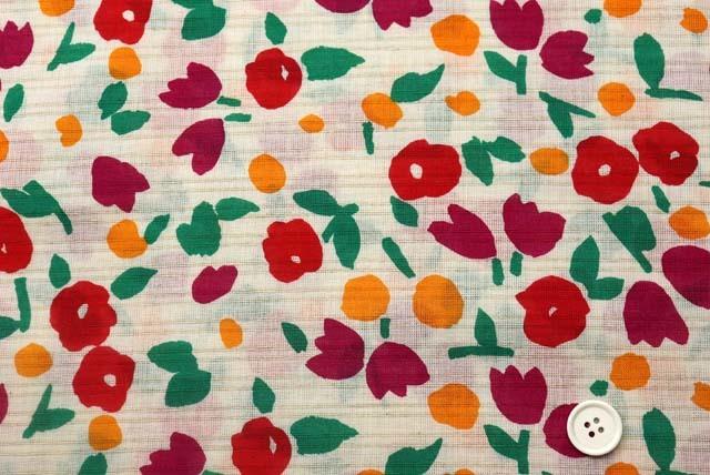 綿麻ヨコからみプリント服地 マリメッコ調 生成り地×赤・オレンジ・緑 【50cm単位】 (4146-91)