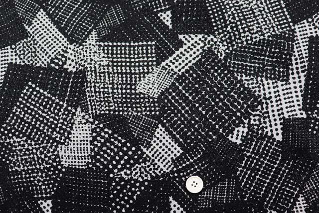 ふくれちりめんプリント服地 幾何柄 うすグレイ×黒 【50cm単位】 (4147-81)