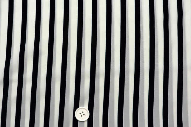 シルクレーヨンストライププリント服地 オフ白地×濃紺 【50cm単位】 (4150-93)