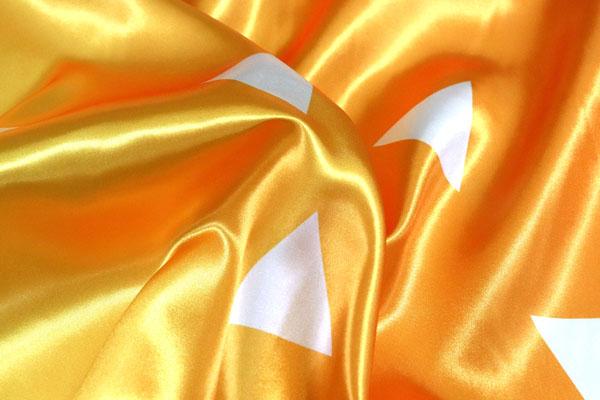 人気の和柄シリーズ ダブル巾(140cm)のサテンプリント 三ツ鱗 両耳きいろとオレンジのグラデーション