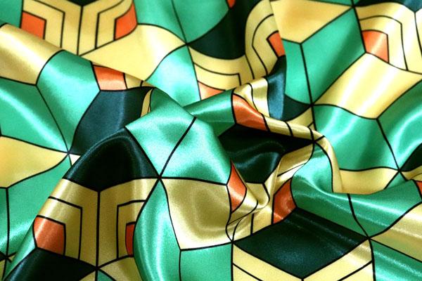 人気の和柄シリーズ ダブル巾(140cm)のサテンプリント 毘沙門亀甲 緑×きいろ