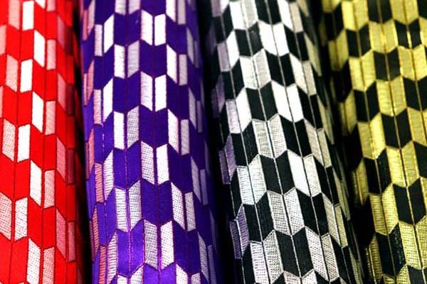 よさこいや舞台衣装に最適な 光沢感のある素材 ラメ入りジャガード 矢絣 集合写真