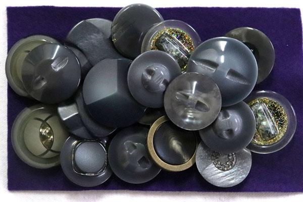 メーカー廃番品 ヴィンテージ ジルコニア入 アンティークボタン ホワイト・グレー系 (23mmほか10組 20個)パッケージ