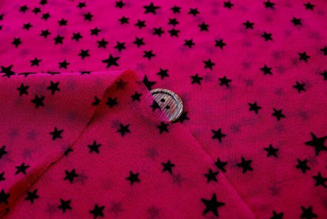 パワーネットフロッキープリント生地  星柄 赤系地×黒 【50cm単位】《再値下げ》  (la605)