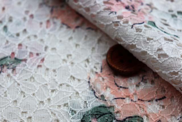 ラッセルレースプリント生地 花柄 オフ白地×ピンク 【50cm単位】《値下げ》 (la608)