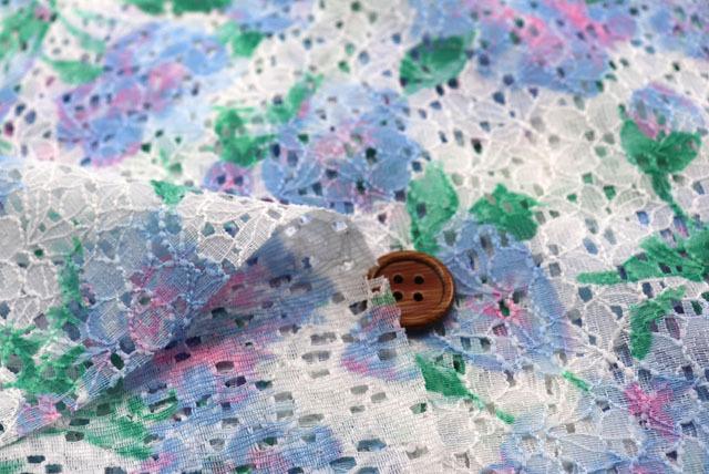 ラッセルレースプリント生地(ニット生地ではありません) 花柄 白地×水色他 【50cm単位】 (la695)