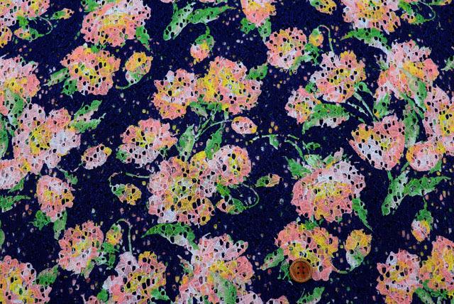 ラッセルレースプリント生地(ニット生地ではありません) 花柄 紺地×グリーン・ピンク他 【50cm単位】 (la696)