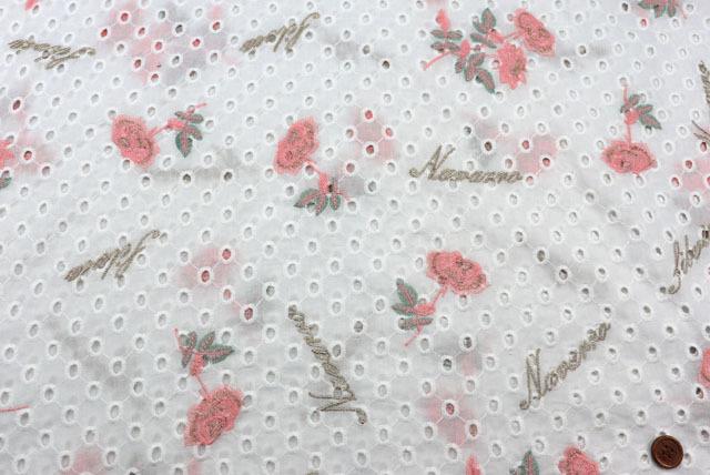 コットンレースの刺しゅう生地 (ニット生地ではありません) 白地 花と英字のラメ入り刺しゅう柄 【50cm単位】 (la708)