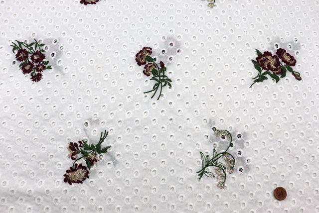 コットンレースの刺しゅう生地 (ニット生地ではありません) 白地 花のラメ入り刺しゅう柄 【50cm単位】 (la710)