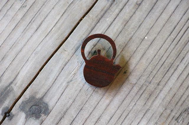 岩谷堂箪笥 漆塗り ブローチ 自然素材 木