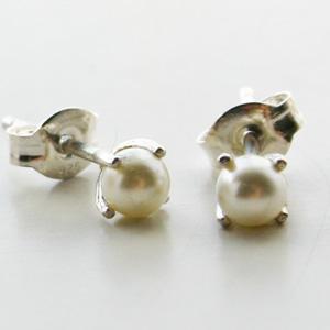 BING BANG NYC/FW15E05s Tiny Pearl Studs