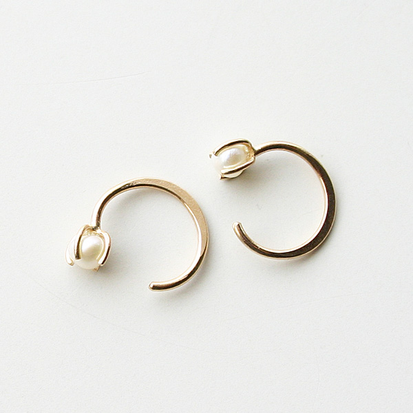 "MELISSA JOY MANNING/Limited Edition 14 karat gold Chinese fresh water pearl ""hug"" earring"