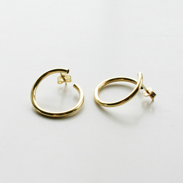 【再入荷】Saskia Diez/WIRE BOLD EARRINGS SPIRAL 585 AU
